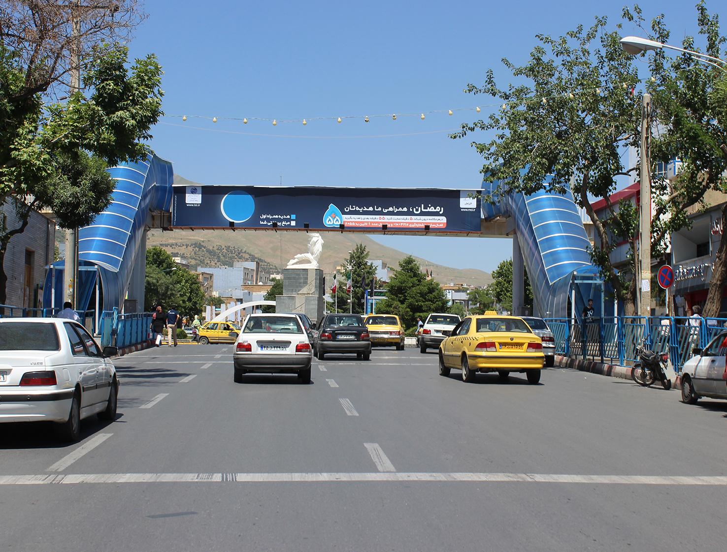 بیلبورد تبلیغاتی پل عابر پیاده میدان آزادی شهر سنندج دید از خیابان فلسطین